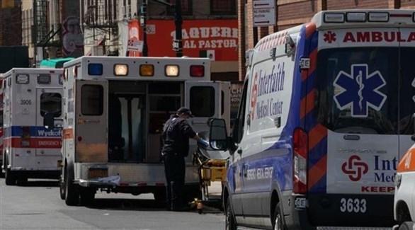 سيارات إسعاف أمام أحد المستشفيات في أمريكا (أرشيف)