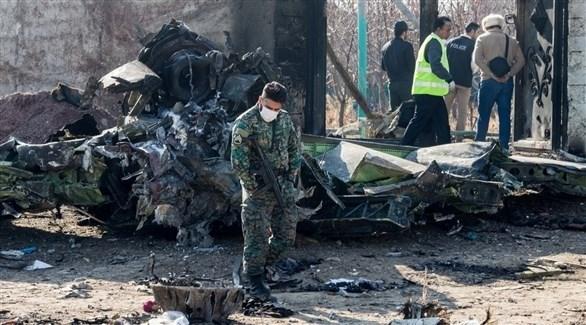 عناصر أمنية تعاين حطام الطائرة الأوكرانية (أرشيف)