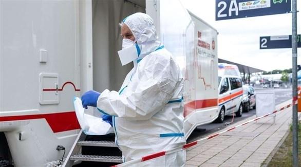 عامل في القطاع الصحي الألماني أمام مركز متنقل لكشف كورونا (أرشيف)