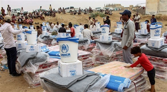 متطوعون يجهزون مساعدات لتوزيعها على يمنيين (أرشيف)