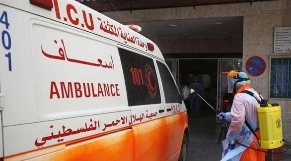 عامل فلسطيني يعقم سيارة إسعاف (أرشيف)