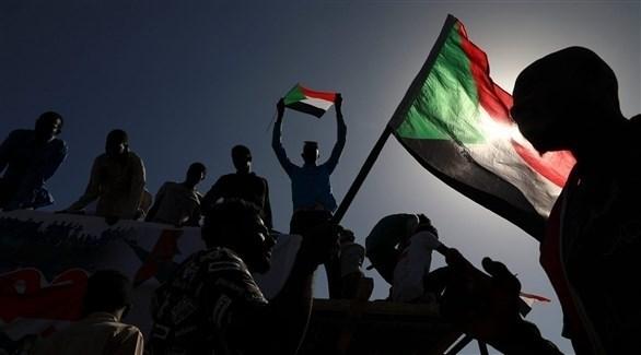 متظاهرون يرفعون العلم السوداني (أرشيف)