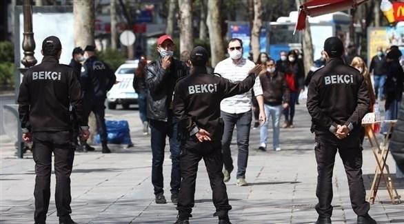 رجال أمن أتراك يغلقون أحد ممرات أمام المشاة في إسطنبول (أرشيف)