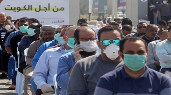 مراجعون في طابور أمام مركز صحي في الكويت لكشف كورونا (أرشيف)