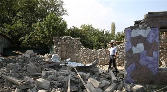 مدني وسط أنقاض بيت دمره القصف في ناغورنو قره باخ (إي بي أيه)