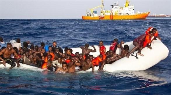 مهاجرون في البحر على متن زورق يشارف على الغرق (أرشيف)