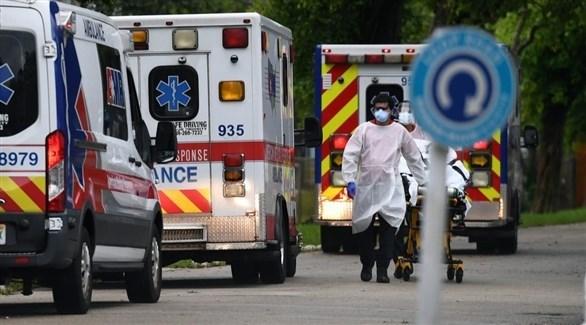 مسعف يجر سريراً متحركاً أمام سيارات إسعاف في الولايات المتحدة (أرشيف)