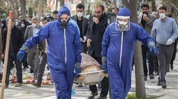 إيرانيون يُشيعون أحد ضحايا كورونا (أرشيف)
