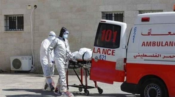 عاملون في القطاع الصحي الفلسطيني ينقلون مصاباً بكورونا (أرشيف)