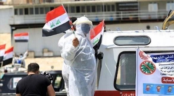 عامل بقطاع الصحة العراقي يرفع علم بلاده (أرشيف)