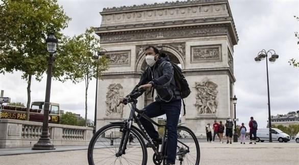 فرنسي على دراجته في باريس (أرشيف)