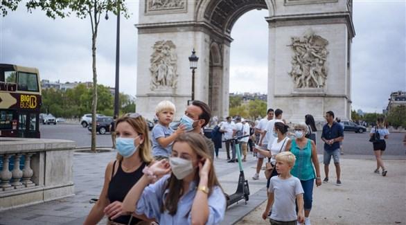 فرنسيون أمام قوس النصر في باريس (أرشيف)