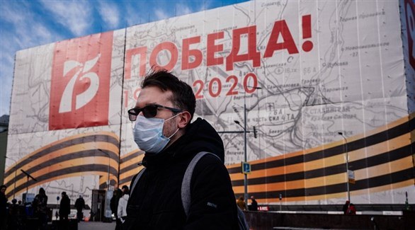 روسي في موسكو أمام معرض في الذكرى 75 لنهاية الحرب العالمية الثانية (أرشيف)