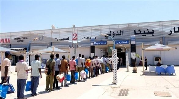 مسافرون أمام مطار بنينا في بنغازي الليبية (أرشيف)