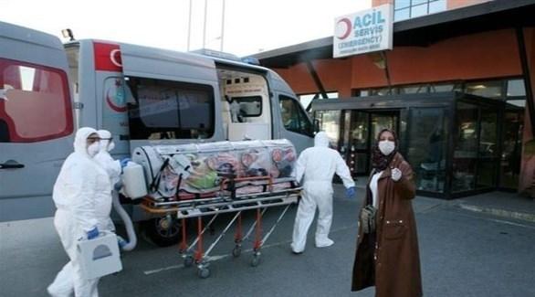 مسعفون ينقلون مصاباً بكورونا إلى مستشفى في تركيا (أرشيف)