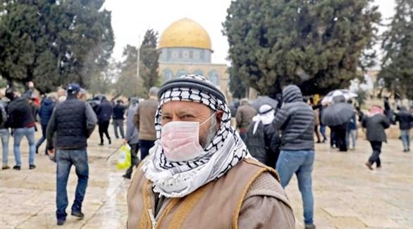 فلسطيني أمام مسجد قبة الصخرة في القدس (أرشيف)