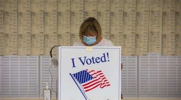 أمريكية تدلي بصوتها للانتخابات الرئاسية (أرشيف)