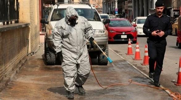 عامل بقطاع الصحة العراقي يعقم شارعاً (أرشيف)