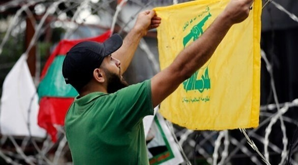 شخص يرفع العلم الإسرائيلي خلال تظاهرة في لبنان (أرشيف / أ ب)