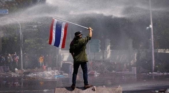 متظاهر يرفع علم تايلاند وسط تظاهرة (أرشيف)