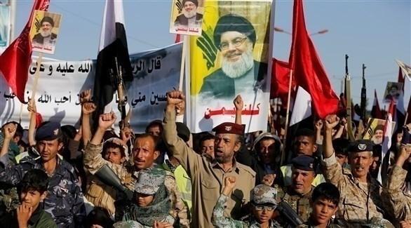 مسلحون حوثيون يرفعون رايات حزب الله وصور زعيمه حسن نصرالله (أرشيف)