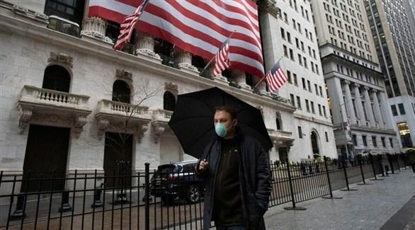 أمريكي يرتدي كمامة أثناء سيره أحدى الطرق (أرشيف)