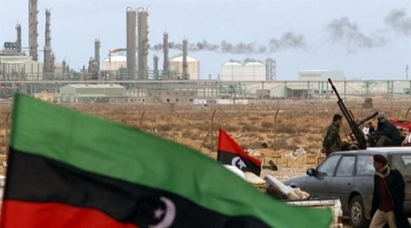 آليات عسكرية بجانب منشآت نفطية في ليبيا (أرشيف)