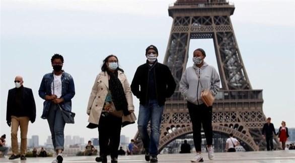 فرنسيون يعبرون من محيط برج إيفل (أرشيف)