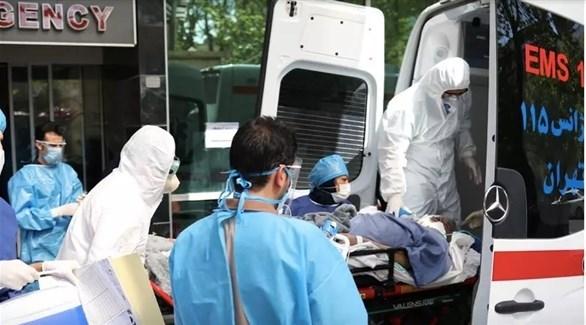 مسعفون إيرانيون ينقلون مصاباً بكورونا للمستشفى (أرشيف)
