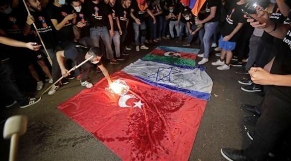 المتظاهرون الأرمن في لبنان يحرقون العلم التركي (تويتر)