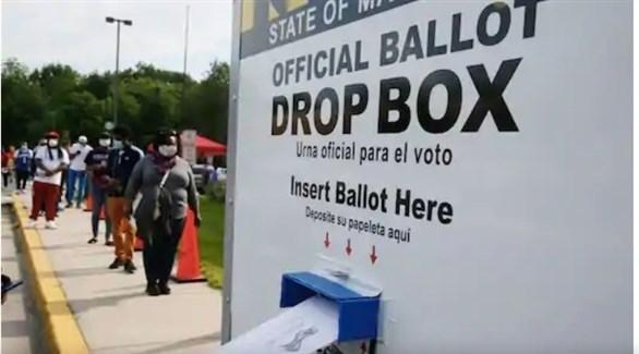 أمريكيون ينتظرون في طابور للتصويت في الانتخابات الأمريكية عبر البريد (أرشيف)