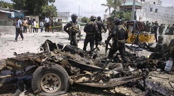 جنود صوماليون في موقع تفجير إرهابي سابق بسيارة مفخخة (أرشيف)