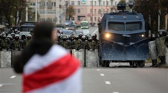 بيلاروسي أمام حاجز للشرطة في مينسك (أرشيف)