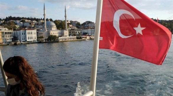 علم تركيا فوق سفينة بمضيق البوسفور في إسطنبول (أرشيف)