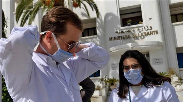 عاملان في القطاع الصحي التونسي أمام مبنى وزارتهما (أرشيف)