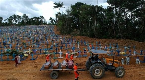 جرار ينقل توابيت في مقبرة برازيلية (أرشيف)