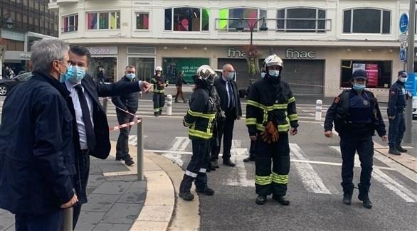 أمن فرنسي برفقة رئيس بلدية نيس كريستيان إستروزي في موقع الحادث (تويتر)