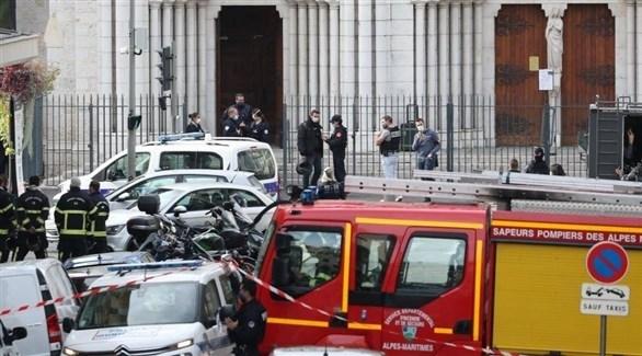 سيارات الشرطة والدفاع المدني الفرنسي أمام كاتدرائية نوتردام بنيس بعد الهجوم (نيس ماتان)