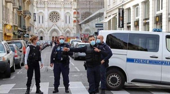 عناصر من الشرطة البلدية أمام كاتدرائية نوتردام في نيس اليوم بعد الهجوم (أ ف ب)