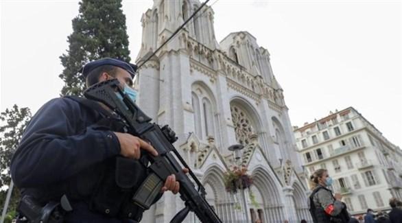 شرطي فرنسي أمام كاتدرائية نيس بعد الهجوم (أ ف ب)