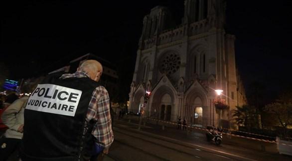عنصر من الشرطة الجنائية الفرنسية أمام كنيسة نيس المستهدفة مساء اليوم (نيس ماتان)