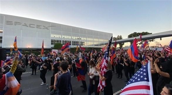 تجمع المتظاهرين أمام مقر