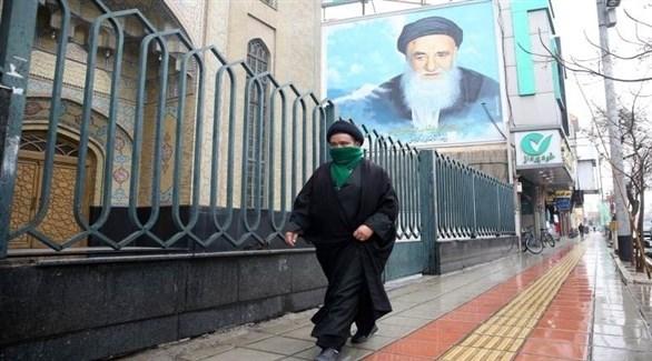 مواطن إيراني يضع الكمامة الصحية خوفاً من وباء كورونا (أرشيف)