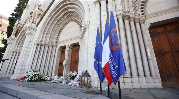 أكاليل زهور أمام باب كنيسة نيس صباح اليوم الجمعة تكريماً لضحايا هجوم الأمس (تويتر)