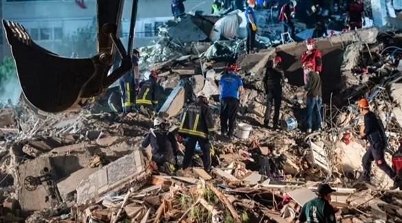 عمليات الانقاذ لاستخراج الناجين من تحت ركام المباني (أرشيف)