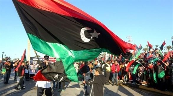 رفع العلم الليبي في إحدى التظاهرات (أرشيف)