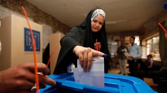 امرأة عراقية تدلي بصوتها (أرشيف / رويترز)