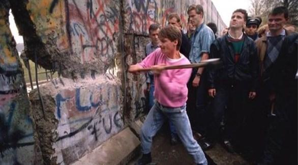 جانب من تحطيم جدار الفصل وسط برلين (أرشيف)