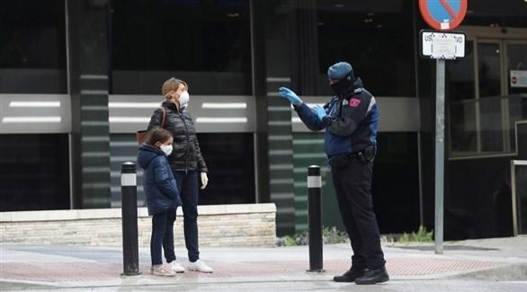 عنصر من الشرطة يوجه عائلة في اسبانيا (أرشيف)