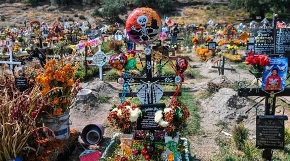 زهور وصور على قبور المكسيك (أرشيف)